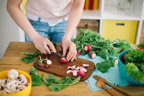 Kvinna hackar grönsaker