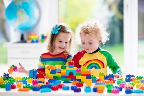 två barn leker med duplo