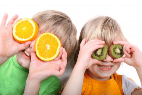 Apelsin och kiwi är vitaminrika livsmedel