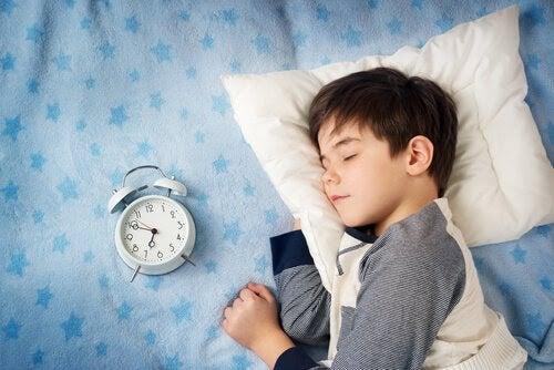 pojke sover bredvid väckarklocka