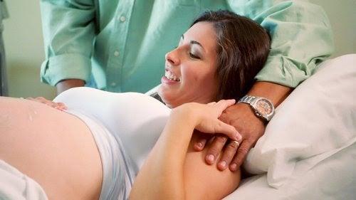 Kvinna under förlossning