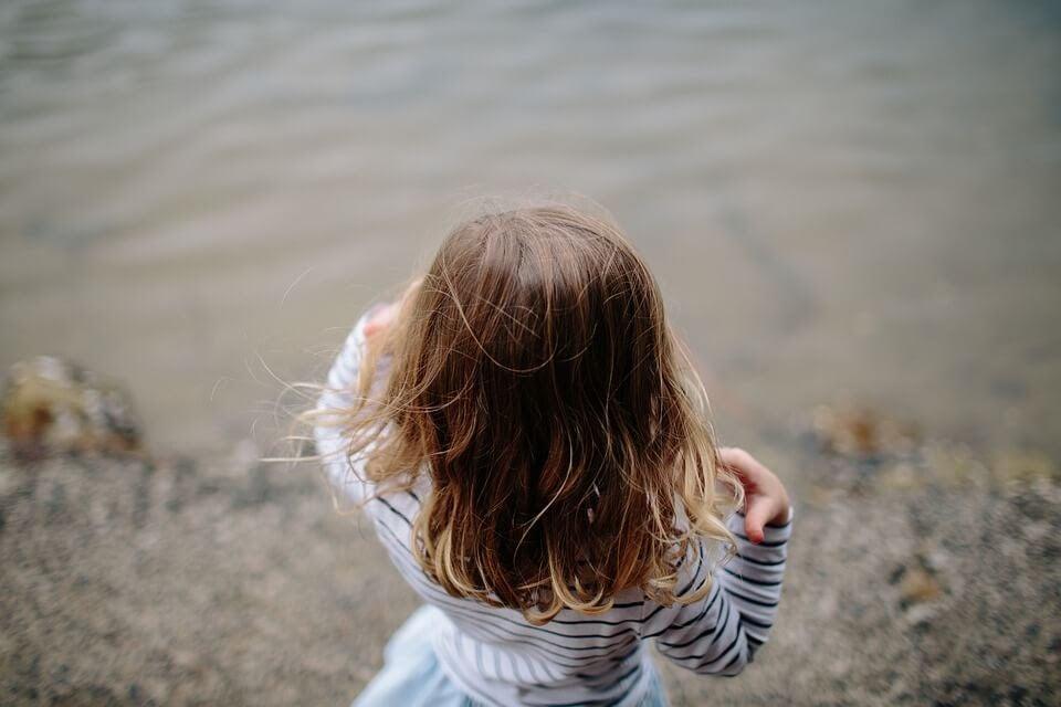 Flicka vid vatten