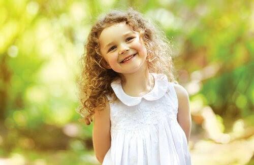 Glad flicka med lockigt hår