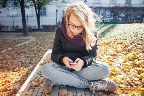 Flicka med mobil