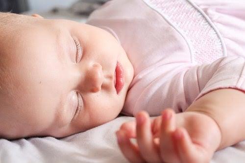 Spädbarn sover
