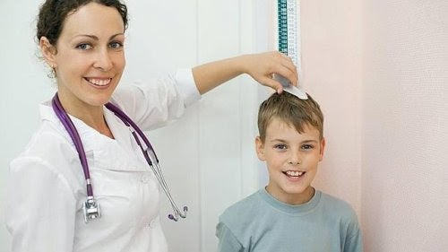 Läkare mäter längden på pojke