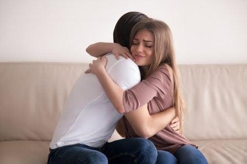 mamma kramar om flicka