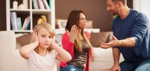 flicka håller för öronen när föräldrar bråkar i bakgrunden