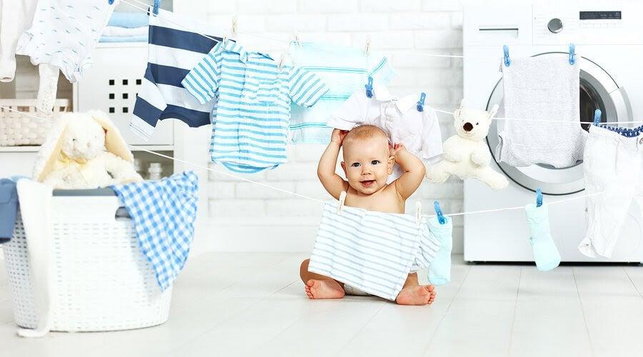 Lär dig att tvätta bebiskläder på rätt sätt