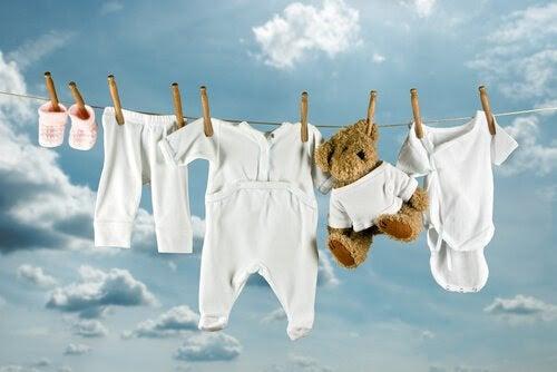 Tips för tvätt Din babys kläder: tvättlina med babykläder och nalle