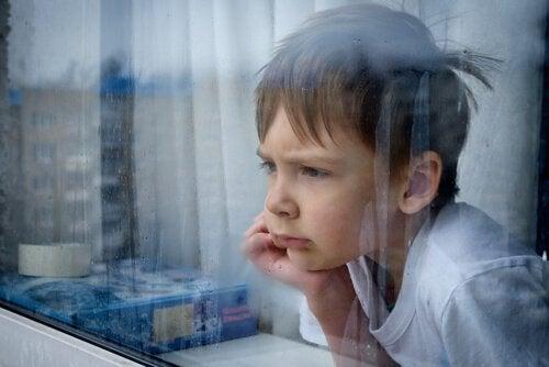 Barn tittar ut genom fönster