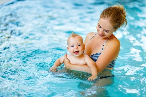 bebis i poolen