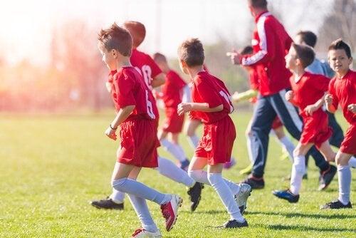 Pojkar som tränar fotboll.
