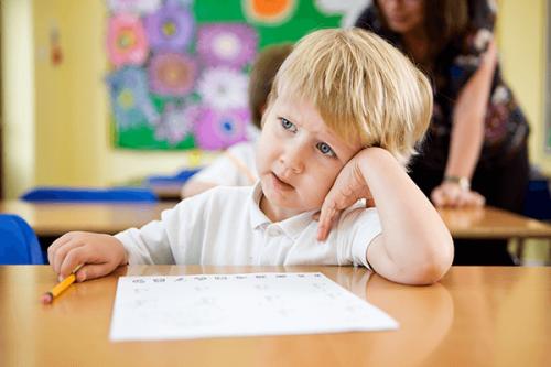 Ett barn kan lätt bli distraherat i skolan.