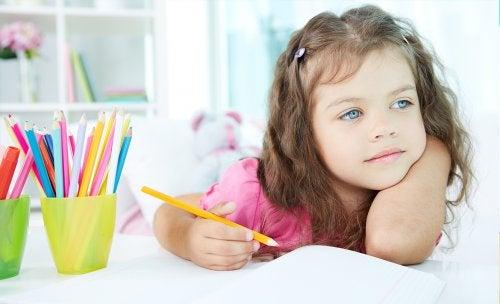Ett barn som målar.