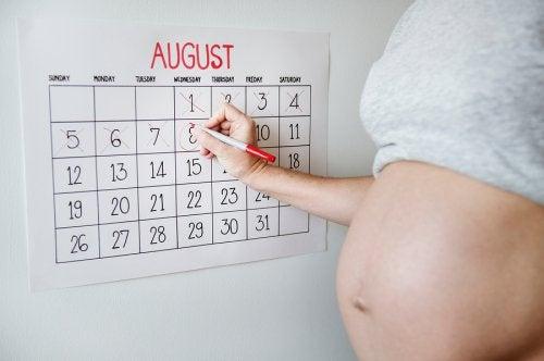 En kvinna räknar ner dagarna till förlossningen.