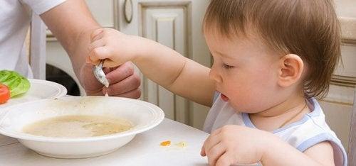 Bebis äter soppa