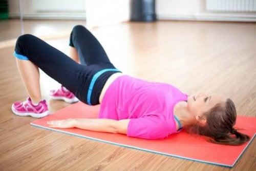 En kvinna utför en övning.