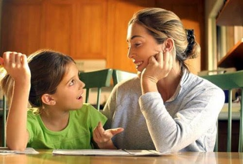 Mamma och barn gör läxor