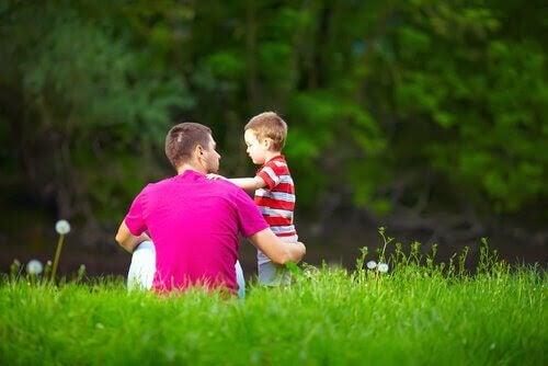 pappa och liten pojke på grön äng