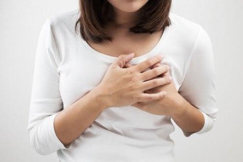 Mastit och probiotika: En effektiv allians: kvinna håller händerna för bröstet