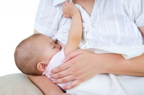 Mastit och probiotika: En effektiv allians: kvinna ammar spädbarn