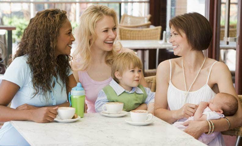 kvinnor fikar med bebisar
