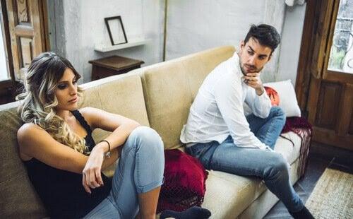 par på soffa ser ut att vara oense