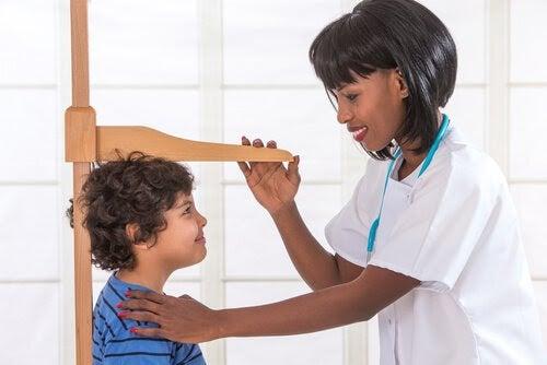när slutar barn växa? läkare mäter barn