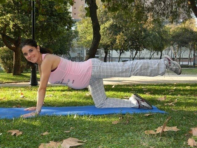 gravid kvinna gör yoga