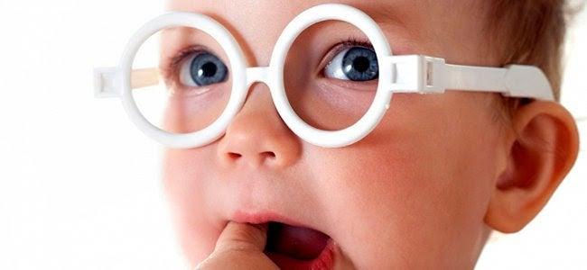 Bebis med vita glasögon