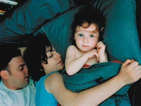 vaken baby bredvid sovande föräldrar