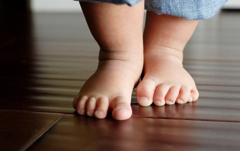 Bebisfötter på golv