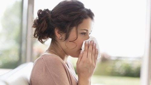 Kvinna snyter näsan