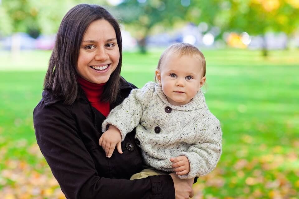 Mamma med bebis i park