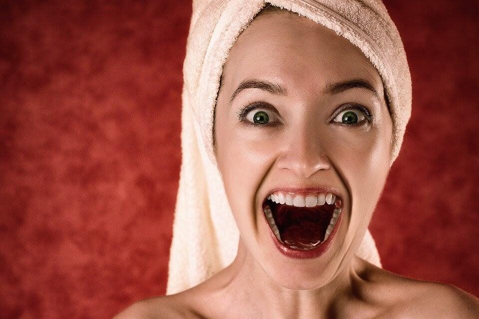 Väldigt glad kvinna med handduk om håret
