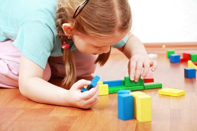 Varför det är bra för ett barn att lära sig leka själv