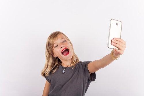 flicka med mycket läppstift tar selfie