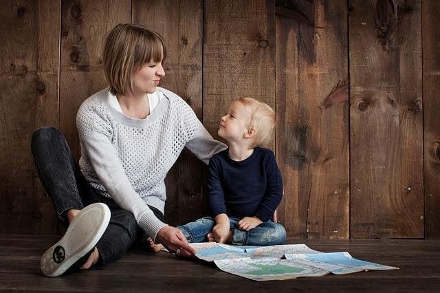 Mamma och son läser tillsammans