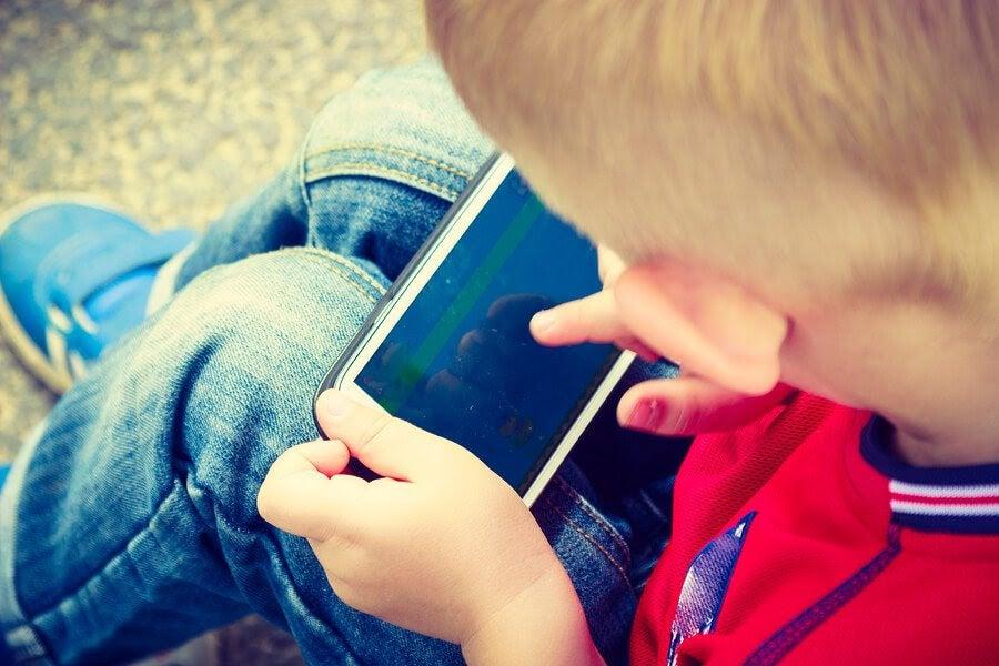 barn leker med mobiltelefon