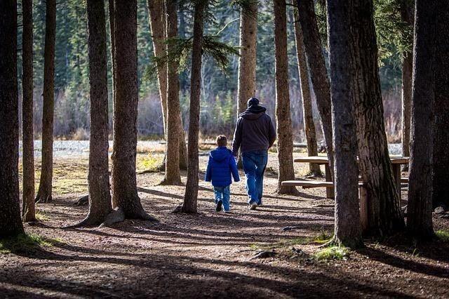 Far och son i en park