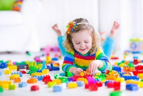 flicka leker med lego