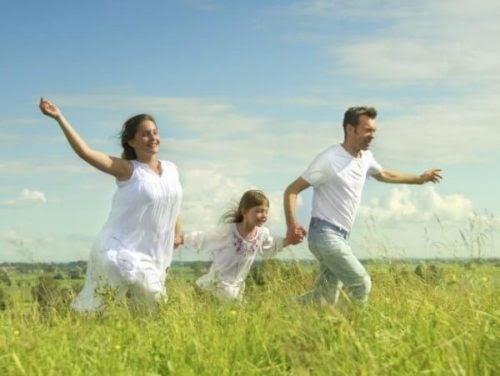 Lycklig familj som går på en äng