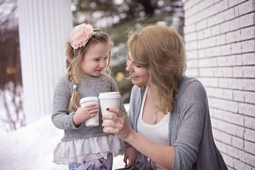 Mamma och dotter med muggar