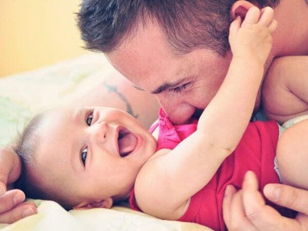 Man gosar med bebis