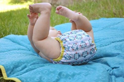 Baby med tygblöja på