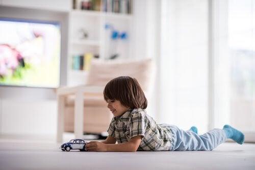 pojke leker med bil