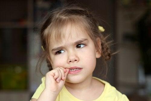 När ska du oroa dig för nagelbitning hos barn?