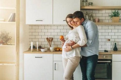 En man håller om sin gravida kvinna.