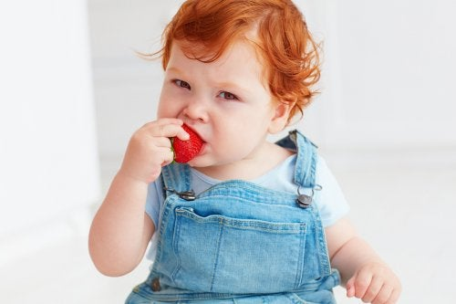 Barn med jordgubbe.